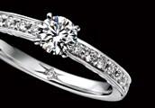 """エンゲージリング アームに留められたメレダイヤは、""""浮き留め""""と言い、通常の彫り留めよりもテーブル面が上に浮き出て留まっており、ダイヤモンドをより美しく輝かせます。彫り留めのエンドの形状は、メレダイヤとアームが自然に馴染むよう、あえて彫りの線を入れずに仕上げています。"""